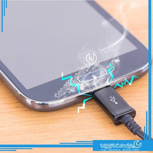 خطرات استفاده از گوشی در زمان شارژ